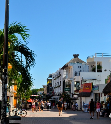 Strolling along Quinta Avenida